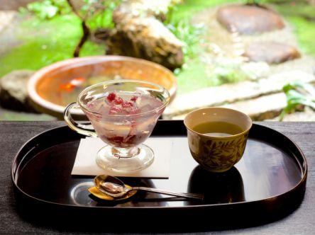 今月はどんなお味?月替わりの蜜が楽しみな、京都の美しい甘味「琥珀流し」