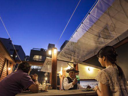 営業はお天気次第の屋上バー。紫外線も気にならない、トワイライトブルーの空の下で楽しむ外飲みがキテます!