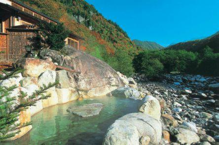 露天風呂でほっこり!風情を楽しむ岐阜・奥飛騨温泉郷の宿3選