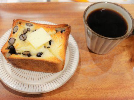 サクサク黒豆トーストにバターがとろり!路地裏の素敵なベーカリーカフェ