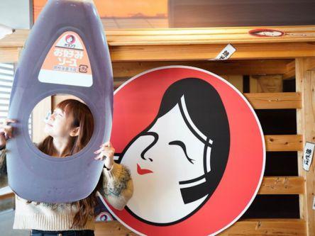プロに教わる!本格鉄板で作る「オタフクソース」の広島お好み焼作り体験