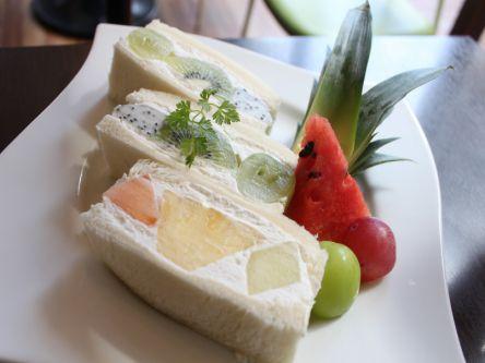 果物屋さん直営!フレッシュフルーツが主役の絶品サンド&パフェ