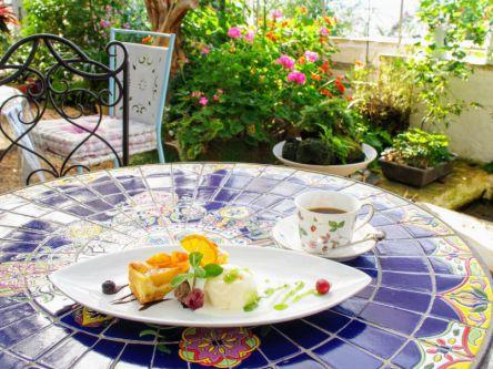 ガーデンパーティーみたい!天水の花と緑に囲まれた絶景レストラン
