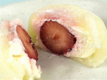 思わずぷにぷにしたくなる...。ローソンで買える新感覚な苺大福がめちゃ話題!