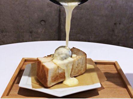 """まさかのコラボ!?行列店で食べるとろ~りチーズたっぷりの絶品""""和""""トースト"""