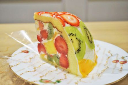 たっぷり詰め込まれたフルーツが華やか!ジューシーで甘酸っぱい超贅沢ケーキ