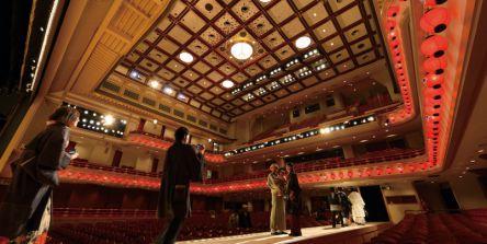 気分は歌舞伎役者!?舞台の上から『南座』を眺められる夏限定ツアー開催中