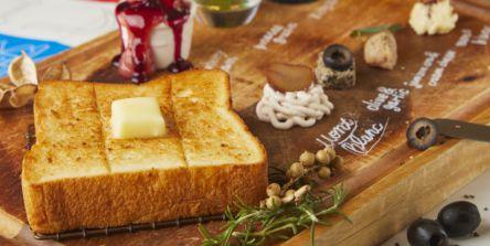 話題の高級食パン専門店『明日が楽しみすぎて』のカフェが期間限定でなんばパークスに!
