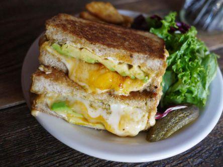 """多摩川沿いの隠れ家カフェ「タイムアンドスペース」で""""チーズとろっ""""なボリュームサンドを♬テイクアウトも可能?"""
