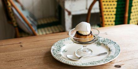 注目スポット・松陰神社前にある小さなパリ「café Lotta」でプリンをいただきましょう。