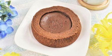 ファミマ新商品!超濃厚生チョコがたっぷり詰まった「生チョコを使ったチョコケーキのバウム」をレビュー!