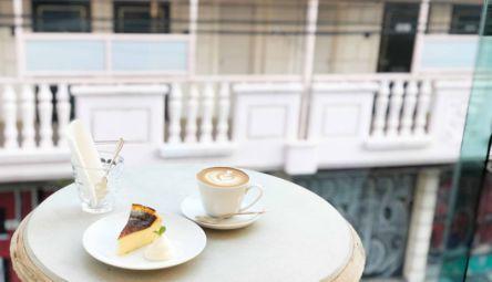 窓際席がまるで海外!? SNSで話題の「CAFÉ FAÇON ROASTER ATELIER」で優雅なコーヒータイム