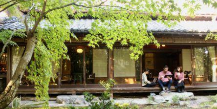 庭園を眺めながら縁側でワーケーション。京都・登録有形文化財「苔香居」