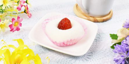 まっしろなお餅と真っ赤な苺が映えすぎる!ファミマの新作いちご大福