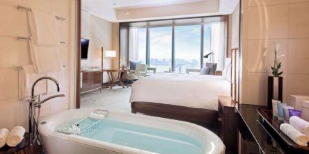 一流のおもてなしで非日常を。「コンラッド東京」で贅沢ステイケーションはいかが?