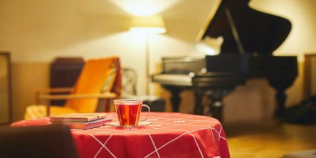京都・御所南の密かな楽しみ、アナログ音を楽しむおひとり様のための音楽喫茶室と室内楽の小さな劇場「カフェ・モンタージュ」