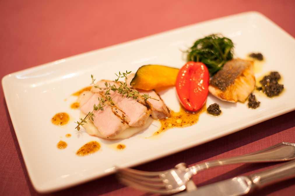 メインディッシュ:本日の新鮮な魚料理 シェフお任せの調理法で、山形ブランド豚 米澤豚ロースの網焼き 旬のお野菜と共に