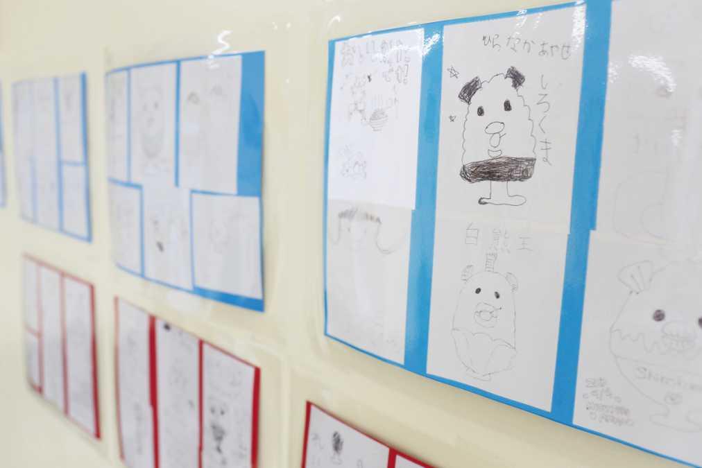 店内に子どもたちが「白熊」を描いた可愛いコーナーを発見。地元で愛されるお店ならでは
