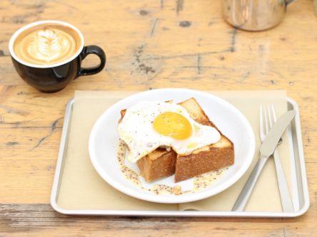 3cmの厚切りトーストにとろ〜り目玉焼きがオン!京都旅の朝食はここで決まり