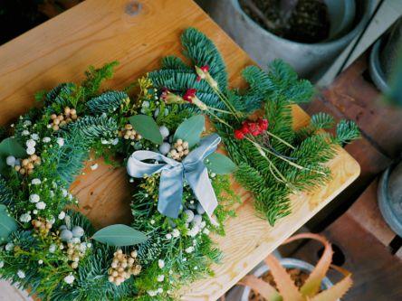 クリスマス気分を高める!かすみ草をあしらったキュートなリースを手作りしよう
