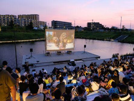 コスモス満開!岡山・笠岡市の道の駅で一夜限りの野外映画館を開催
