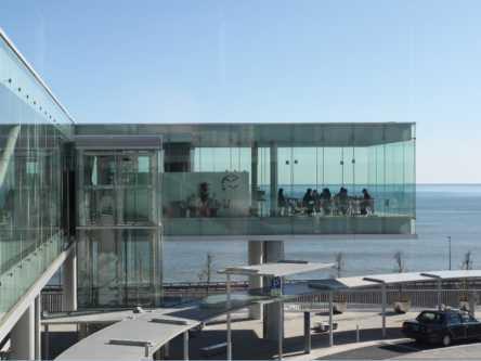 まるで海に浮いてるみたい!全面ガラス張りのシーバーズカフェが気になる