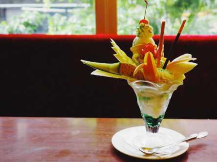 これでもか!とフルーツを盛り込んだ「喫茶西武」のボリュームパフェに大満足!