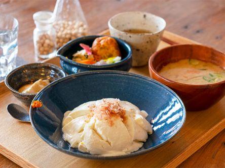 甘くて濃厚!できたて石臼豆腐が味わえる「まめ楽」でヘルシーランチ