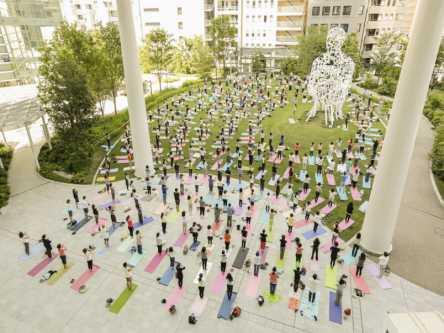 オープンエアで初夏の風を感じよう!青空ヨガ教室「TORANOMON HILLS YOGA」開催