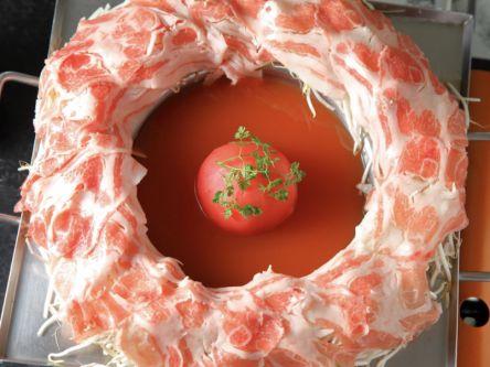 トマトまるごとドンッ!インパクト大のフォトジェニックな肉炊き鍋
