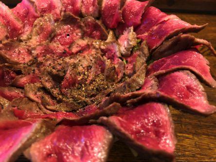 ご飯の上に咲くローストビーフの花!SNSで話題の絶品「がぶ丼」をチェック