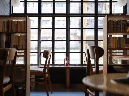 「本のあるカフェ ホコト」【カフェグラマ―きょん。の、あのカフェこの席17】