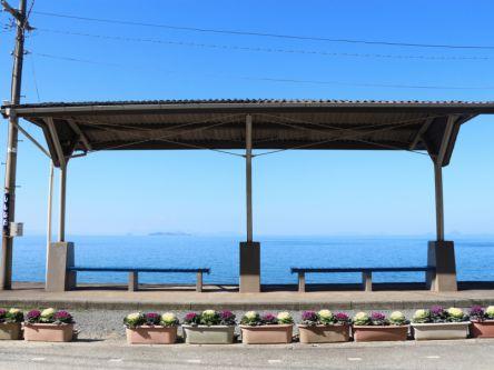 目の前に絶景が広がる!一度は行ってみたい愛媛の「下灘駅」って?