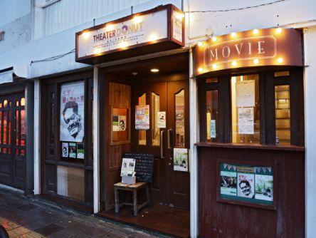 ドーナツ片手にご当地映画。沖縄をもっと好きになる小さな映画館
