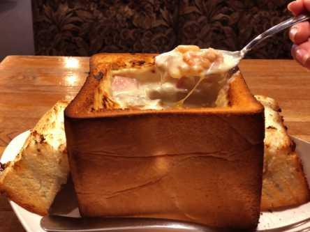 食パンをまるっと使ったグラタンパン!純喫茶でとろとろの食感を召し上がれ