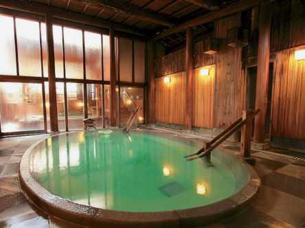 熟練の湯守が守る最高の湯を堪能。草津で人気の立ち寄り湯OKの老舗旅館へ