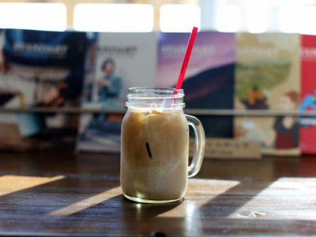 """リピート必至!""""究極のカフェラテ""""が飲める、居心地抜群の海辺カフェ"""